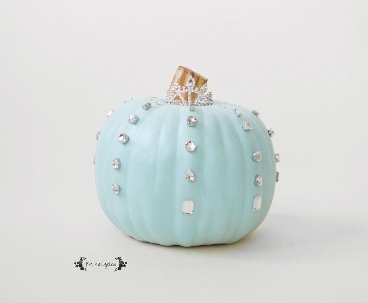 5 No-Carve Pumpkin Ideas that don't suck! This Cinderella / Frozen pumpkin is super easy to make!