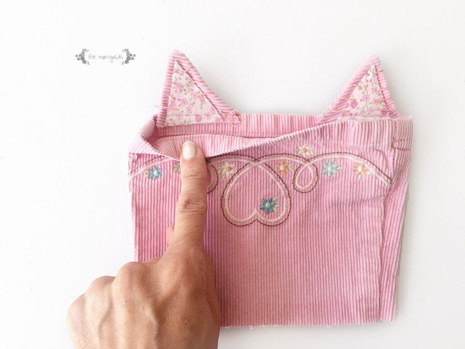 Upcycle your baby clothes with this pants - to - kitty cat purse refashion tutorial.
